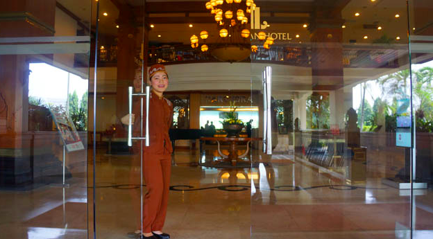 the sunan hotel solo lobby